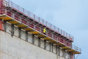 Die Maximo-Rahmenschalung bildete zusammen mit Faltbühnen FB 180 und MXK Betonierbühnen ein effizientes und sicheres Gespann zum Schalen und Betonieren in großer Höhe.