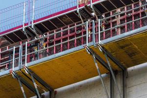Zur wirtschaftlichen Herstellung der Stahlbetonwände wurde die Maximo-Rahmenschalung mit 4,20 m Regelschalungshöhe und MXK-Betonierbühnen, meist in Kombination mit Faltbühnen FB 180, eingesetzt.
