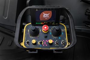 Die mit einem Display versehene Funksteuerung ermöglicht die Bedienung der Maschine aus der Ferne.