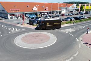 Der Kreisverkehr in Niederdorffelden an der Bischofsheimer Straße hält auch Überfahrungen von schwereren Fahrzeugen stand.