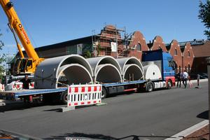 Lieferung von Beton-Elementen, aus denen der unterirdische Sickertunnel CaviLine besteht. Für große Anlagen wie bei der Lokhalle Freiburg werden die Tunnelelemente beim Transport gestapelt, um die Anzahl der Lieferungen und damit Kosten und Umweltbelastung zu reduzieren.