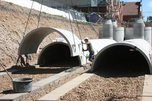Sickeranlage Süd mit zwei Rigolensträngen. Versetzen des Sickertunnels CaviLine auf die vorbereiteten Streifenfundamente. Laut Herstellerangaben ist das nur erforderlich bei mehr als drei Metern Tiefe, wegen Belastung durch die Überdeckung. Die Tunnelsohle liegt hier bei 3,55 m unter Gelände.