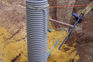 Das in den KS-Bluebox-Elementen gesammelte Niederschlagswasser gelangt in den Drosselschacht und wird von hier sukzessive in die Kanalisation abgegeben.