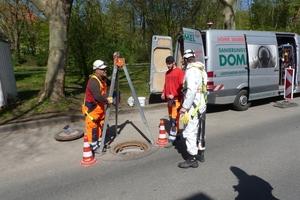 Einstieg für die Sanierungskolonne: Die Abwasserschächte in der Beethovenstraße in Hagen befinden sich mitten auf der Straße. Dieser Umstand erforderte eine durchdachte Verkehrssicherung.