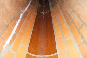 Auf etwa 30 Metern Länge tauschten die Kanalprofis in dem sanierten Kanal auch Sohlschalen aus Steinzeug gefällegerecht aus.<br />