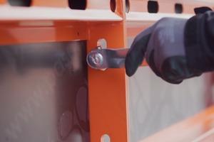 Die Verbindung der Elemente erfolgt über Bolzen und Langlöcher für eine höhere Flexibilität.