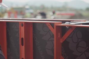 Durch die Langlöcher ermöglicht die NeoR einen Höhenversatz von bis zu 2 cm zwischen den Schalelementen.