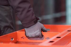 Integrierte Tragegriffe erleichtern den Transport der Schalelemente.