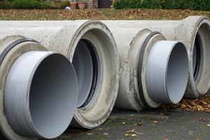 Aufgrund der beengten Platzverhältnisse wurden die Fabekun-Rohre und -Schächte auf einer nahegelegenen Parkfläche zwischengelagert.