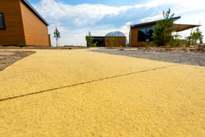 25 Kilogramm Flüssigfarbe pro Kubikmeter Beton ergaben den im Vorfeld mittels unterschiedlicher Dosierung und Bemusterung ausgewählten Farbton.<br />