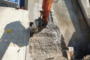 Die Fräsarbeiten am Mittelpfeiler des linken Wehrfelds. Der obere Bereich bleibt bestehen, der untere Bereich wird von unten nach oben 1,60 Meter tief eingefräst.
