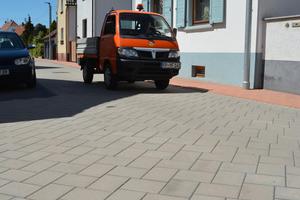Nicht nur für leichte Lkw ausgelegt ist der Pflasterbelag CombiStabil. Dank seiner Verbundtechnologie, können auch schwerere Fahrzeuge der Fahrbahn nichts anhaben.