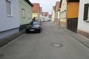 Vorher: Die Goldböhlstraße gab vor der Sanierung kein schönes Bild ab: ein rissiger Asphaltbelag und viel zu wenig Raum für Fußgänger.