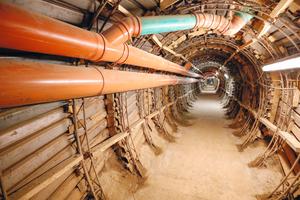 Im Stollenquerschnitt sind neben der Stromversorgung für die Beleuchtung und anderer technischer Geräte noch die Bewetterung sowie die provisorische Abwasserleitung untergebracht.