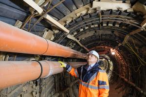 Prüfingenieur Marc Mielke überzeugt sich vor Ort von der fachgerechten Ausführung des Stahlverzuges.