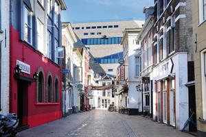 Trotz seiner markanten Bauweise fügt sich das Groninger Forum durch seine Fassade aus Naturstein farblich in das bestehende Stadtbild ein.<br />