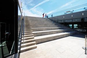 Seitlich der Treppen gewährleisten Dränagerinnen des Typs Stabile eine zuverlässige Entwässerung. Dank ihrer Positionierung neben dem Treppengeländer fügen sich die Rinnen zurückhaltend in den Außenbereich ein.