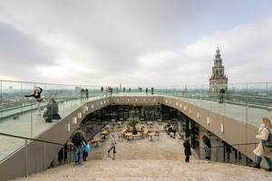 Die weitläufige Dachterrasse gewährt einen unverstellten Rundumblick über die ganze Stadt.<br />