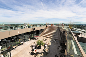 Unterhalb der Dachterrasse befindet sich ein Innenhof mit gastronomischem Angebot. Über Treppen gelangen die Besucher auf die oberste Plattform des Groninger Forums.<br />
