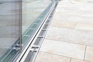 Im Bereich des Innenhofs wurden im Fassadenbereich Cubo-Drängerinnen installiert. Sie schließen in einer Linie an die Stabile-Ausführungen seitlich des Treppenaufgangs an.<br />