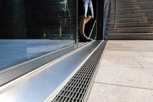 Auch die Cubo-Ausführungen wurden mit Edelstahl-Maschenrosten desselben Typs wie bei der Stabile abgedeckt. Sie bilden zusammen einheitliche und nahtlose Entwässerungsstränge vom Innenhof bis hoch zur Dachterrasse.<br />