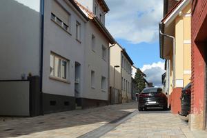 Nachher: Mit dem Pflastersystem Combiconnect im Farbton muschelkalk wirkt der Straßenraum hell und freundlich.