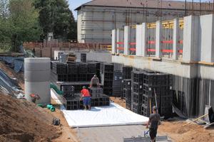 Der Einbau der Versickerungsanlage war recht einfach zu bewerkstelligen, da bereits beim Aushub für das Kellergeschoss der zusätzliche Bauraum für die Rigolen ausgehoben wurde.