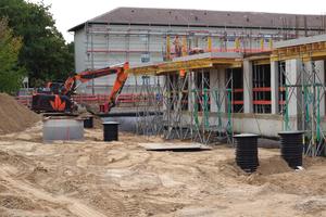 Über dem Rigolenkörper wurde mit dem Aushub der Grube eine Überdeckung von 100 Zentimeter mit SLW 60 hergestellt.