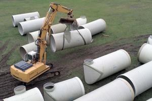 Einfach zu händeln: Aufgrund des relativ geringen Eigengewichtes konnten die GFK-Rohre ohne großen Aufwand auf der Baustelle bewegt und verlegt werden.<br />