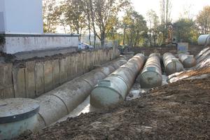Die engen Platzverhältnisse auf der Baustelle wurden in der Mülheimer Papenbuschstraße optimal ausgenutzt: Die Anordnung der Amiblu GFK-Rohrstränge als Stauraumkanal erinnert an eine Harfe.