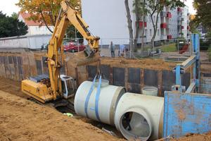 Für die Verlegung der GFK-Rohre wurde die Baugrube auf der einen Seite mit einer Trägerbohlwand gesichert.<br />