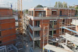 Mineralisch gefüllte Coriso-Mauerziegel sorgen für energieeffizienten Wohnraum. Um Wärmebrücken bei der Einbindung der Geschossdecken zu vermeiden, kam zudem das Deckenrandelement (DRE) zum Einsatz.
