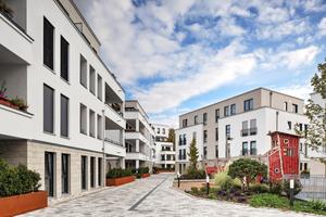 Die Fassadengestaltung fügt sich gut in das Stadtbild und die grüne Umgebung ein. Auch schafft das massive Ziegelmauerwerk ein angenehmes Wohnklima.