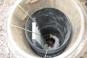 Die Teile des Ersatzschachts werden eingesetzt und angeschlossen.<br />