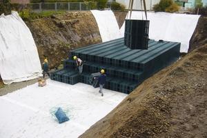 Verlegung von Rigolen im Vollaushub. Bei entsprechender Planung ist die Fläche später voll nutz- und befahrbar.