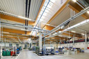 Große, freitragende Leimholzbinder mit einer Höhe von 1,4 Metern und bis zu 23 Meter Spannweite sorgen für einen optisch ansprechenden Innenbereich in der Halle.
