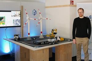 Sven Forte vor der Demonstrator-Anlage im engineering 4.0 lab (e4lab), einem Transfer-Labor der Offenen Digitalisierungsallianz Pfalz.