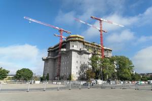 Der etwa 40 m hohe Turm mit einer Grundfläche von 75 x 75 m wird um rund weitere 20 m erhöht.