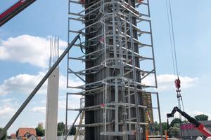 Rund 400 bis zu sieben Meter hohe Ortbetonstützen betoniert das Klebl-Team mit klappbaren Pax HD Stützenschalungen von Mayer Schaltechnik.