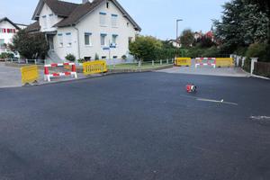 Für die Bauarbeiten wurde die Kreuzung temporär gesperrt. In einem ersten Schritt nahm der Verarbeiter die Kennzeichnung der Fläche vor.