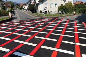 Ein rautenförmiges Muster zeigt Verkehrsteilnehmern an, dass an dieser Kreuzung Vorsicht geboten ist. Im Auftrag der Gemeinde hatte Mark Töscher von Strich-Punkt Straßenmarkierungen die Fläche mit der Preco Cryl Rollplastik 2 K in eine sichere Verkehrszone verwandelt.