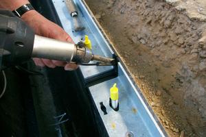 Das Verschweißen der Rinnenstöße und Anschlussleitungen muss gemäß Verordnung über Anlagen zum Umgang mit wasser-gefährdenden Stoffen von einem Fachbetrieb durchgeführt werden.