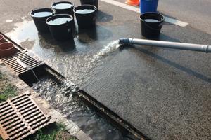Untersuchungsprogramm liefert reale Ergebnisse: Durchlässigkeitsmessung des Rinnenfilters durch die Beaufschlagung mit Wasser.