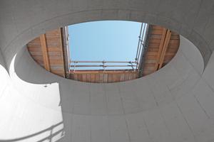 Die ovale Aussparung in der Gebäudedecke über dem Lichthofwurde mit Sonderschalung erstellt.