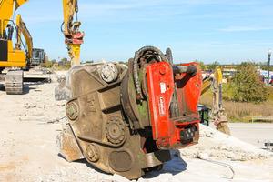 Die Produkt-Range der vollhydraulischen Variolock-Schnellwechselsys-teme reicht vom VL 30 für Minibagger ab zwei Tonnen bis hin zum VL 400-1000 für Hydraulikbagger bis 130 Tonnen.