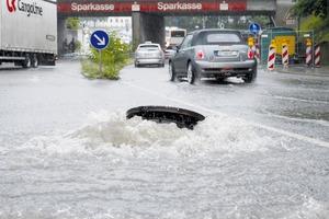 Starkregen kann zu Überschwemmungen führen, wenn die Kanali-sation die Wassermenge nicht bewältigen kann.