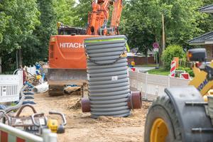 Die Sonderkonstruktion des Funke Schachtes DN 1000 mit dem kreisrunden (l.) und dem Eiprofil-Rohrspitz-ende (r.) steht in der Jorker Straße zum Einbau bereit.