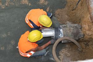 Die Eiprofil-Bestandsleitung aus Beton wurde auf der Rohrinnenwandung zunächst mit Spezialgleitmittel bestrichen, bevor der BI-Adapter Eiprofil mit dem Spreizkeil nach oben eingesetzt wurde.