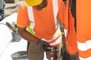Die Edelstahlbänder der VPC-Rohrkupplung sorgen für sicheren Halt. Während des Anziehens der Bänder passt sich die Manschette den jeweiligen Außendurchmessern bzw. -formen der verschiedenen Rohrwerkstoffe stufenlos an.