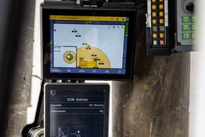 Der zusätzliche Lipos-Monitor in der Kabine zeigt dem Fahrer jederzeit die genaue Position der Liebherr-Maschine an.